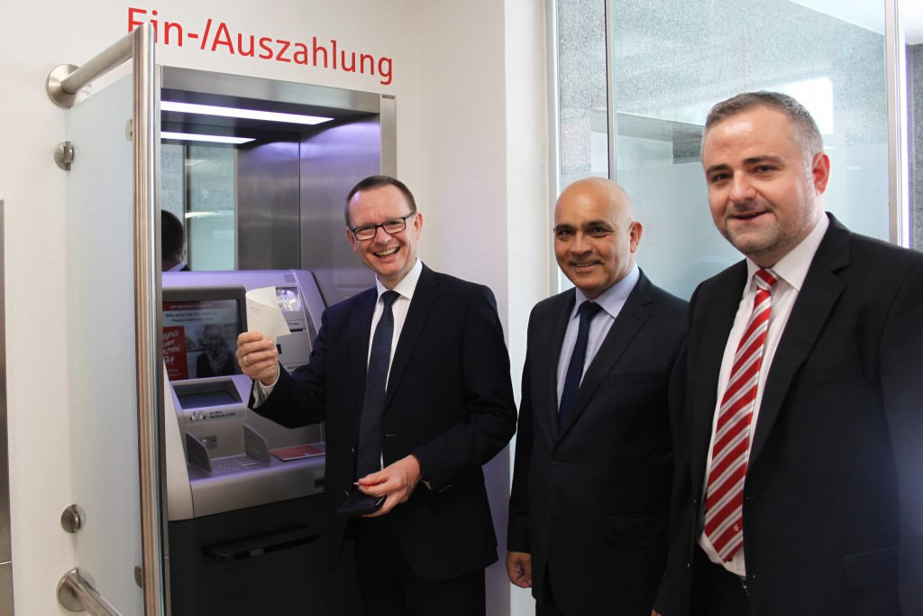 Beim erfolgreichen Test des neuen Einzahlungsautomaten: Dr. Martin, Kreuzer, Rudi Sailer und Christoph Plankl.