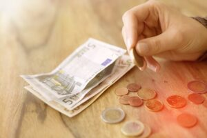 eine Frauenhand beim Geld zählen,Ebenendatei RGB