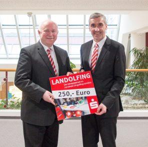 Vorstandsvorsitzender Walter Strohmaier übergibt eine Spende and Landrat Heinrich Trapp