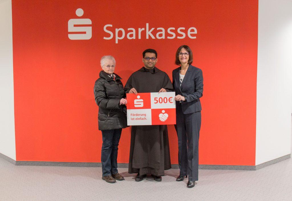 Gebietsdirektorin Gabriele Arenz übergab an Pater Jim und Gerda Landstorfer die Spende in Höhe von 500 Euro für die Karmelitenkirche.