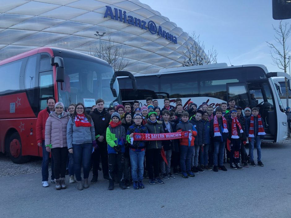 Jugendclub der Sparkasse Niederbayern-Mitte besucht FC Bayern Spiel