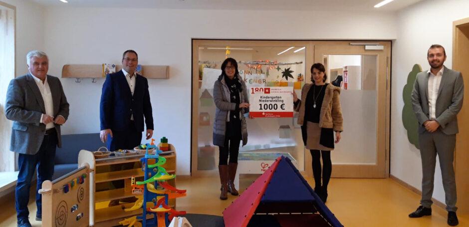 Sparkasse Niederbayern-Mitte spendet 1000 € an den Kindergarten Niederwinkling